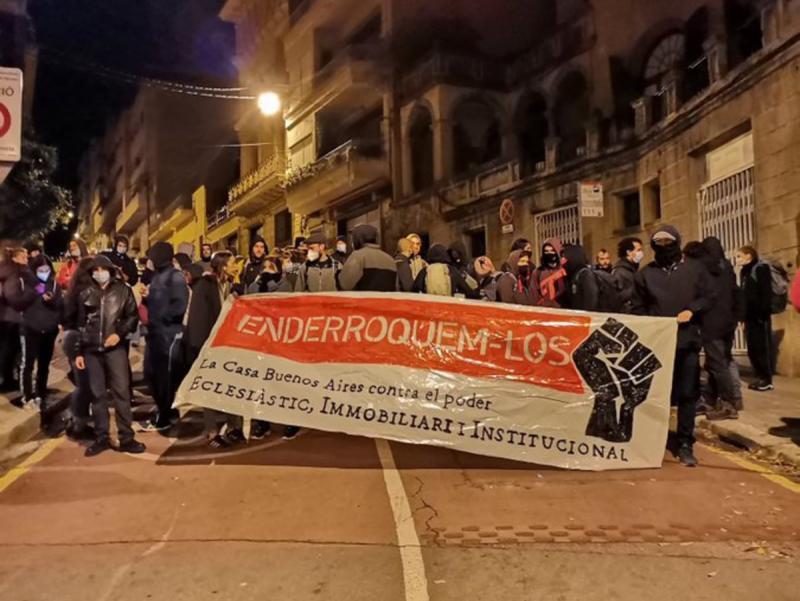 Els Mossos intenten desallotjar la Casa Buenos Aires i l'Ajuntament demana  que s'aturi | EFE | Barcelona | Societat | El Punt Avui