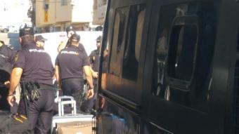 Agents de la Policia Nacional marxen de l'hotel de Pineda a l'octubre de 2017