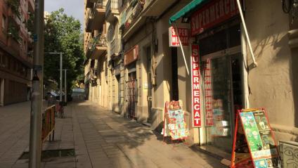 Imatge d'un carrer amb un supermercat