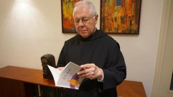 Bernabé Dalmau fullejant el seu llibre sobre el dol