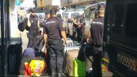 Agents de la policia espanyola  marxen d'un hotel de Pineda de Mar, protegits pels Mossos, el 5 d'octubre del 2017