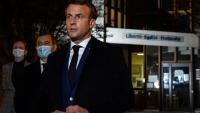 Macron, flanquejat pel ministre de l'Interior, divendres, davant l'institut de Paty