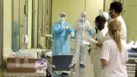 Sanitaris als passadissos de l'UCI de l'hospital de Mataró
