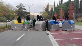 Piquet tallant un accés per carretera a la UAB