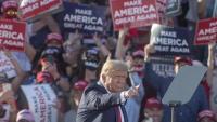 Trump gesticula durant el seu míting a Tucson, Arizona