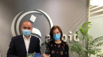 Bibiana Bendicho Latre, presidenta d'Aspid, i Víctor Blasco, director de zona de BBVA a Lleida, en l'entrega del premi atorgat per l'entitat