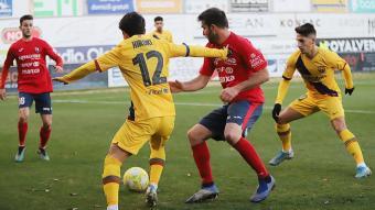 Jordi Masó pressiona Hiroki, en una acció de l'Olot-Barça que es va disputar el curs passat al municipal d'Olot