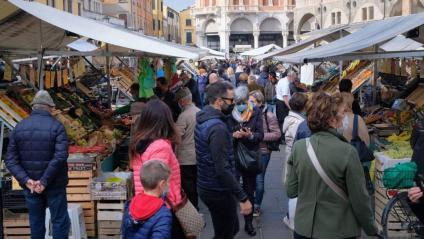 El mercat, ahir a la ciutat de Pàdua,  mentre el govern demana que es limitin les sortides