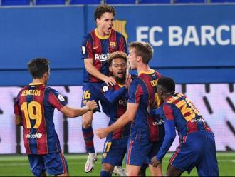 Els jugadors del Barça B celebren el gol del triomf