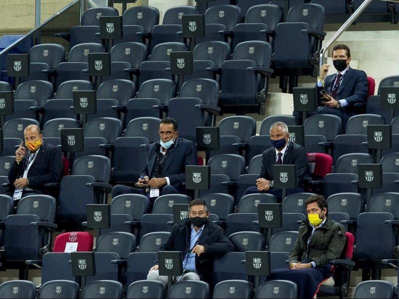 Bartomeu i alguns dels seus directius, a la llotja del Camp Nou