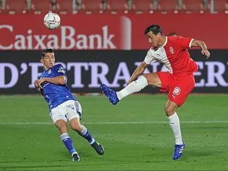 Bernardo refusa una pilota davant la pressió d'un rival, en una acció de l'últim duel de lliga disputat a Montilivi contra l'Oviedo