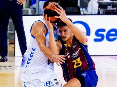 Sergi Martínez intenta superar la defensa de l'Acunsa