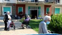 Tanques que han col·locat per separar els usuaris dels familiars els primers dies de visites a la Residència Verge de Ribera de la Pobla de Segur