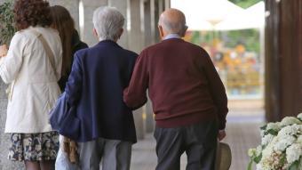 Una parella gran, un dels col·lectius més vulnerables durant la pandèmia, passeja per Girona durant el desconfinament