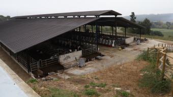 La granja EVAM, a les finques de Monells que la Diputació va cedir a l'IRTA, i amb una coberta que admetria la instal·lació de plaques solars