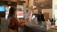 Una turista i dues treballadores a la recepció de l'Hotel Golden Port Salou