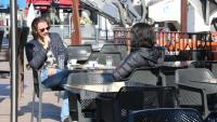 Dues persones prenent un cafè en un bar de Perpinyà