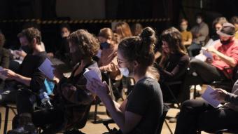 Un detall del públic, dijous al vespre a Can Felipa, amb mascareta, en el projecte 'Embrions#7' d'Escena Poblenou