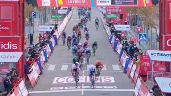 Sam Bennett s'endú el primer esprint de la Vuelta