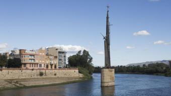 El monument que es va aixecar sobre una de les pilastres de l'antic pont