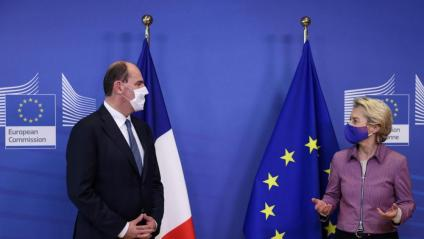 Ursula von der Leyen, presidenta de la Comissió Europea, amb el primer ministre francès, Jean Castex, ahir a Brussel·les