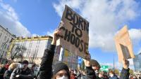 Manifestants protesten a Varsòvia contra la decisió dels jutges de limitar encara més l'avortament a Polònia
