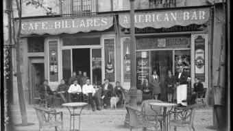 Els cambrers i la clientela de l'American Bar de la Rambla, conegut com Can Muntanya, posant per a Foto Lux el 1929.