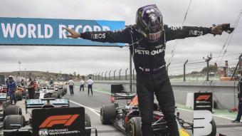 Lewis Hamilton salta del seu fórmula 1 després de la seva victòria i del seu rècord