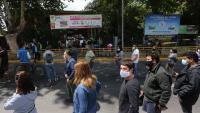 Xilens fent llargues cues en un centre de votació de Santiago de Xile per poder votar en el referèndum d'ahir