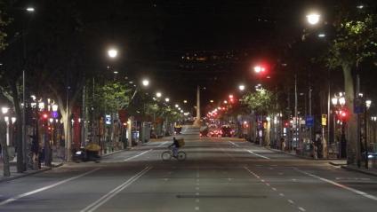El passeig  de Gràcia de Barcelona, passades les deu de la nit