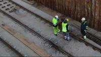 Operaris d'Adif a l'estació de La Sagrera de Barcelona