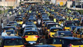 Concentració de taxistes a l'avinguda Maria Cristina prèvia a la marxa lenta per Barcelona