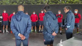 Raúl Garrido parla amb els seus jugadors en una xerrada prèvia a l'entrenament realitzat a les instal·lacions de RoyalVerd