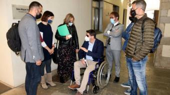 Padrós parlant amb membres del govern de Girona abans de la roda de premsa