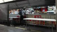 El bar que hi ha a l'estació del metro de la plaça Espanya, ahir, a primeríssima hora del matí, fent cafès i entrepans per emportar-se