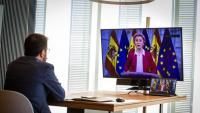 El vicepresident seguint la intervenció telemàtica de la presidenta de la CE