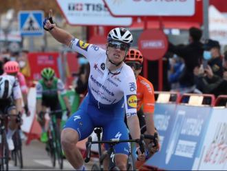 Sam Bennett celebra el triomf en la quarta etapa de la Vuelta