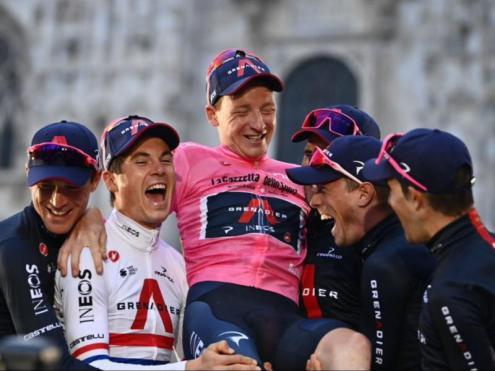 Tao Geoghegan Hart i els corredors de l'Ineos celebrant a Milà el seu triomf