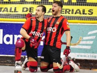 Els jugadors del Reus Salvat, que va fer un gol, i Rodríguez (2) celebren un gol en una imatge d'arxiu