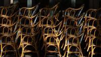 Cadires recollides d'un bar del centre de Barcelona