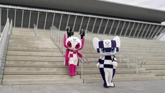 Les mascotes dels Jocs Olímpics i Paralímpics davant el centre de natació inaugurat fa uns dies