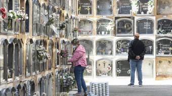 Cementiri de les Corts, a Barcelona, aquest dimarts. Molta gent ha avançat la visita als cementiris del dia de Tots Sants