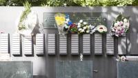 El columbari del cementiri de Terrassa, ahir quan molta gent ja havia dut flors als seus difunts