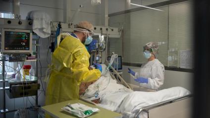 Personal sanitari a la unitat de cures intensives de l'hospital Clínic