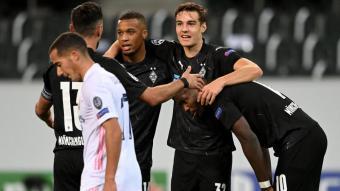 Thuram celebra un dels gols del Mönchengladbach amb els seus companys