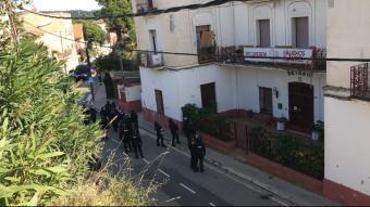 Agents a l'exterior de la Casa Buenos Aires
