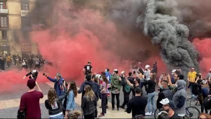 Representants del sector de la restauració van protestar ahir a la plaça Sant Jaume amb petards i pots de pintura