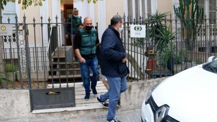 Agents de la Guàrdia Civil , en els escorcolls a la seu de la Plataforma Pro Seleccions Esportives Catalanes, abans-d'ahir