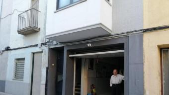 Pere Crous, a l'entrada del garatge del seu habitatge, on ha estat assaltat dos cops