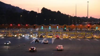 La mobilitat a l'entrada de Barcelona ha caigut un 10% des de principi de mes. A la imatge, el peatge de Martorell ahir al vespre